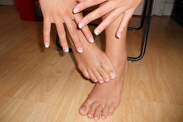 faire des pieds et des mains expression